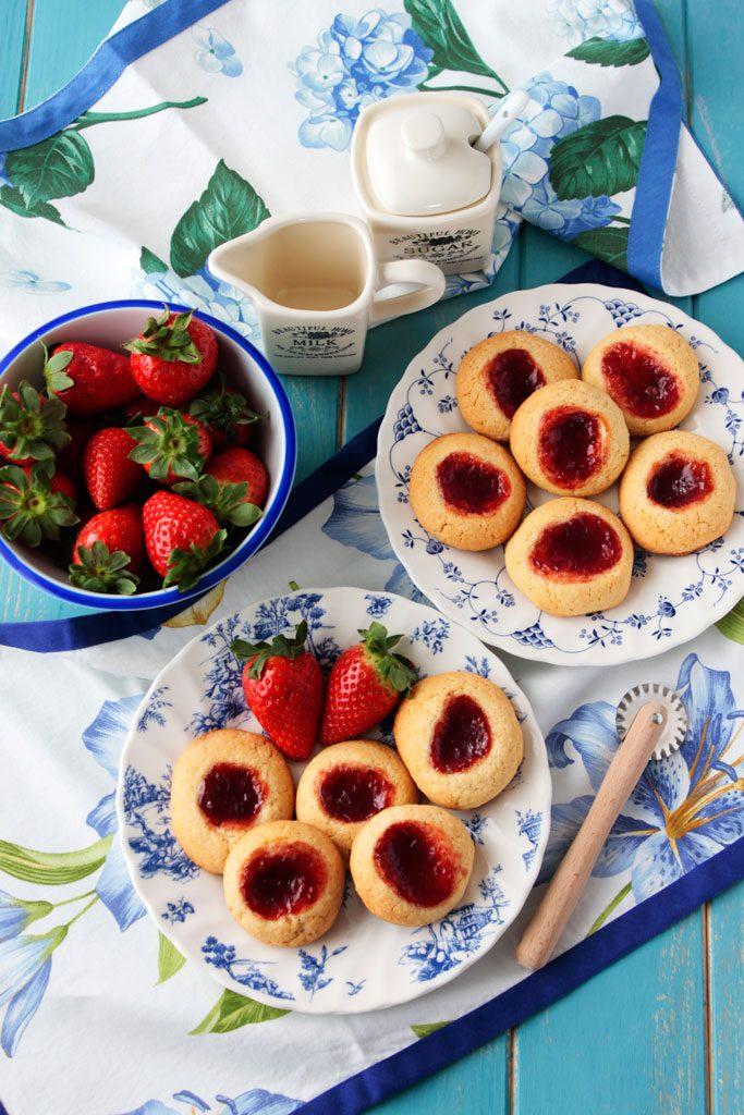 galletas de vainilla y mermelada de fresa