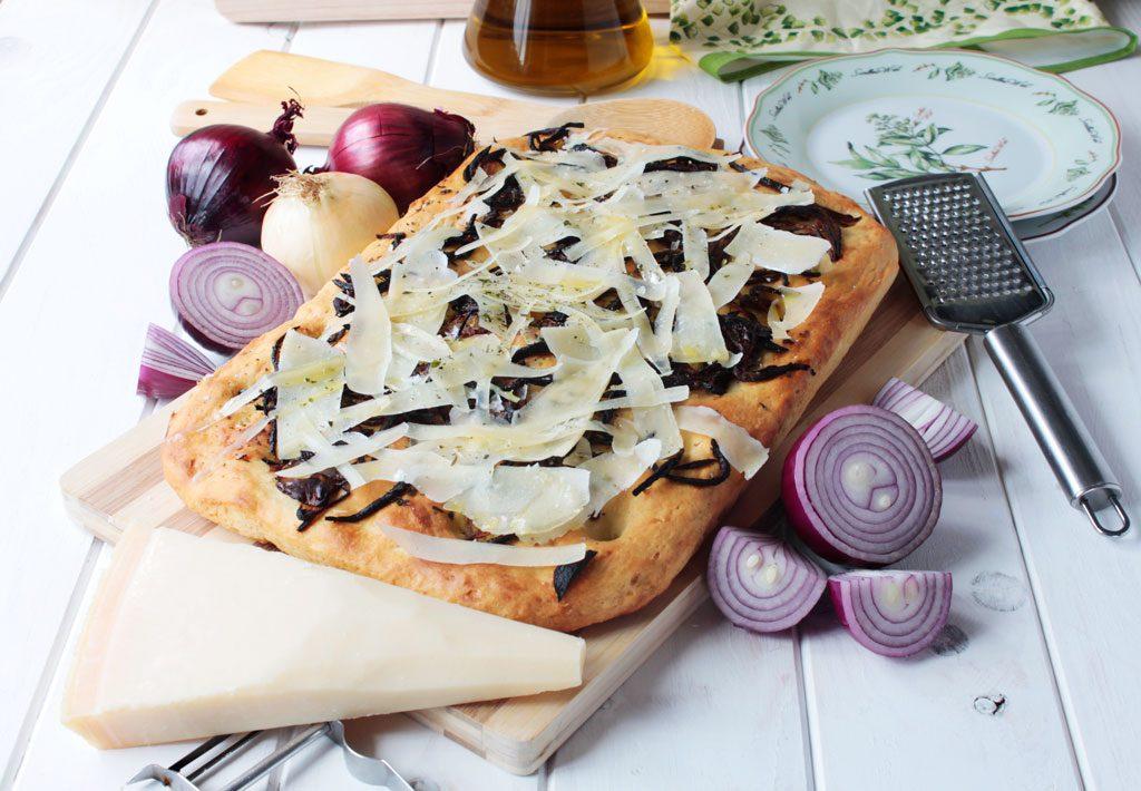 Focaccia con cebolla roja y queso parmesano