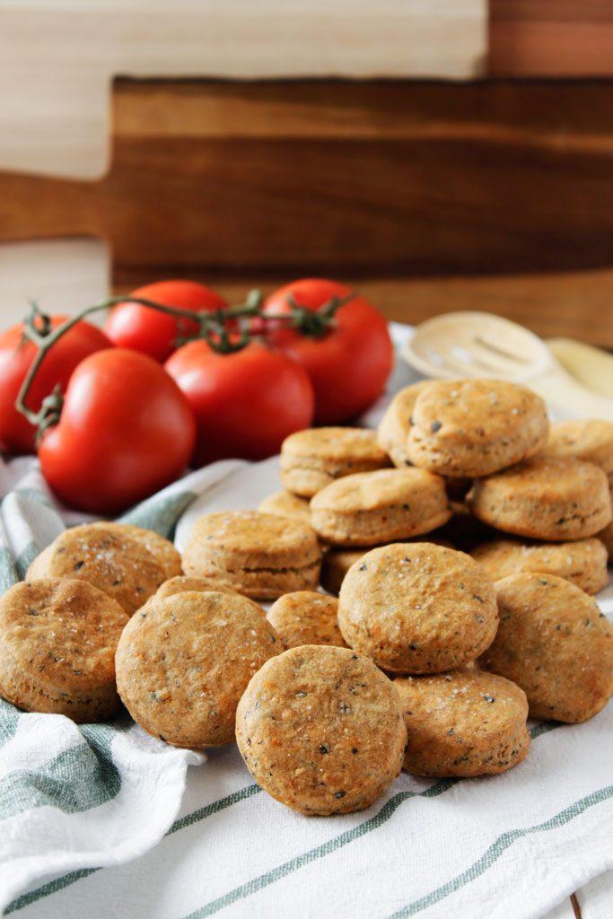 Galletas de tomate seco, aceitunas negras y orégano